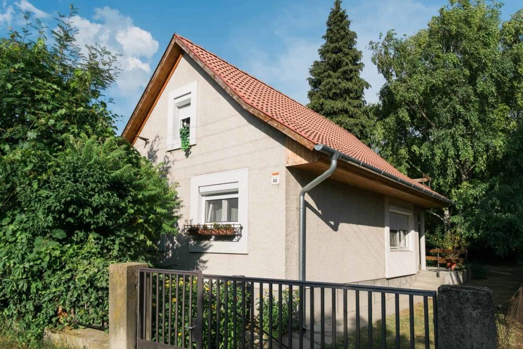 Balaton - Vonyarcvashegy nyaraló épülete, utcai homlokzat.