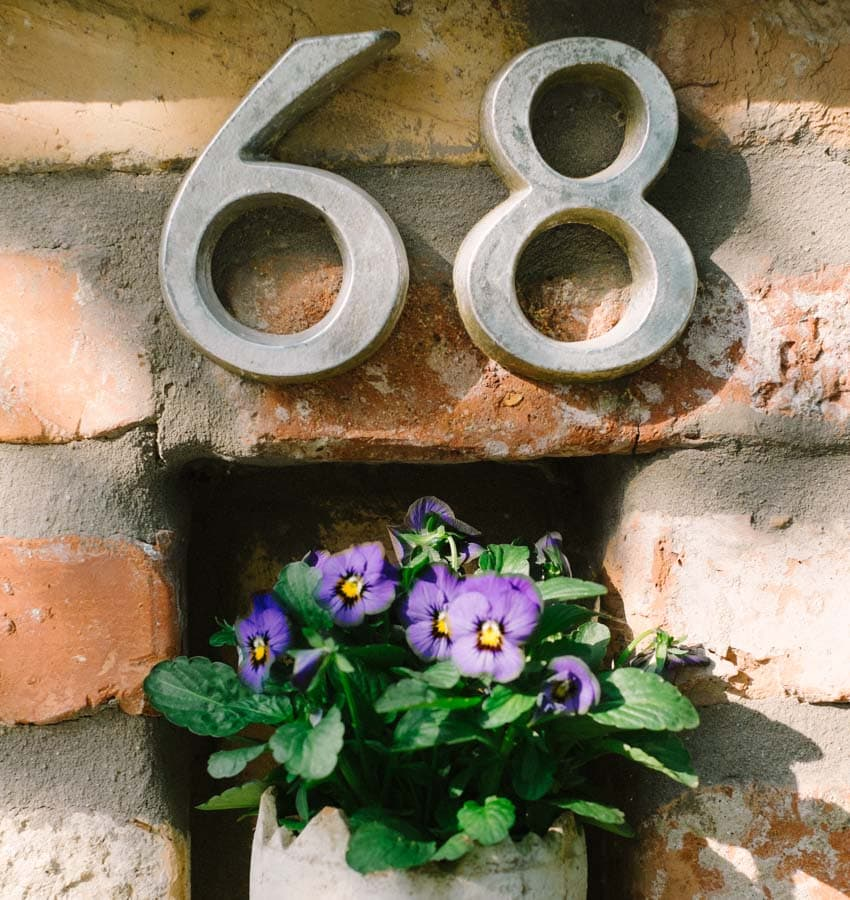 Családbarát apartmanok a Balaton északi partján Keszthelyen. Toldi68 apartmanház - házszám virággal.